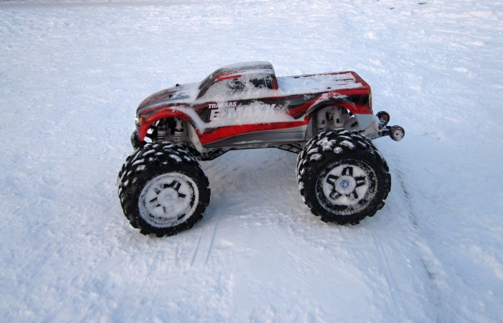 Traxxas E-Max brushless RTR in winter